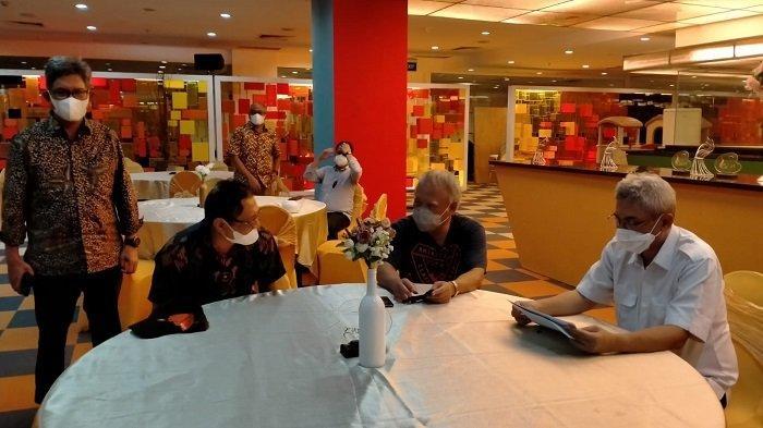 Rektor Universitas Balikpapan (Uniba) Dr Isradi Zainal berkesempatan diskusi dengan Menteri PUPR Basuki Hadimuljono terkait rencana pembangunan Ibu Kota Negara (IKN) baru di Hotel Novotel, Balikpapan.