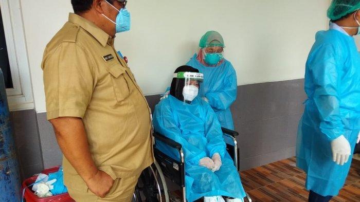 Istri Bupati Bulungan Titien Iriany Sudjati dan Mobil jenazah Bupati Bulungan Alm. Sudjati, Selasa (8/12/2020). TRIBUNKALTARA.COM / MAULANA ILHAMI FAWDI