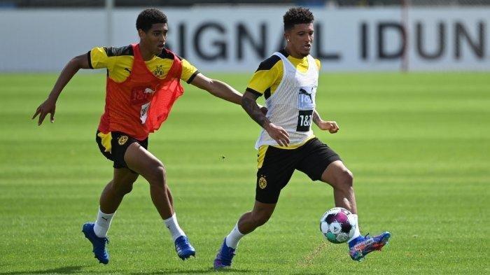 Jadon Sancho (tengah) dari Borussia Dortmund menggiring bola selama sesi latihan tim divisi satu Bundesliga Jerman Borussia Dortmund di tempat latihan tim di Dortmund, Jerman barat, pada 3 Agustus 2020. INA FASSBENDER / AFP