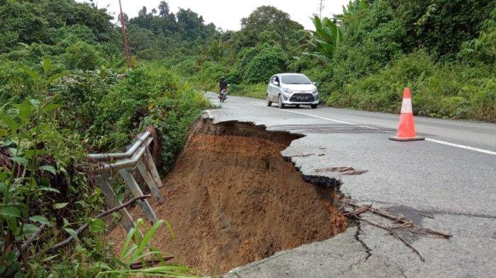 Ilustrasi Jalan lonmsor di jalur Menuju Kecamatan Peso, Bulungan. Cuaca ekstrem yang berpotensi hujan menyebabkan banjir dan longsor. ( TRIBUNKALTARA.COM / MAULANA ILHAMI FAWDI )