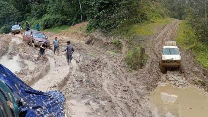 Kondisi Jalan di Krayan Nunukan, Jadi Kubangan Lumpur Setinggi 1 Meter, Warga Terpaksa Turun Tangan