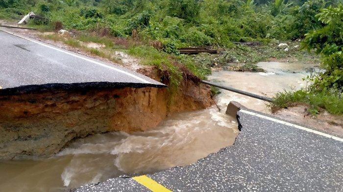 Jalan Poros Tanjung Selor-Malinau Putus Di Sekitar Wilayah Sekatak Buji, Kamis (21/1/2021) ( HO / ISTIMEWA )