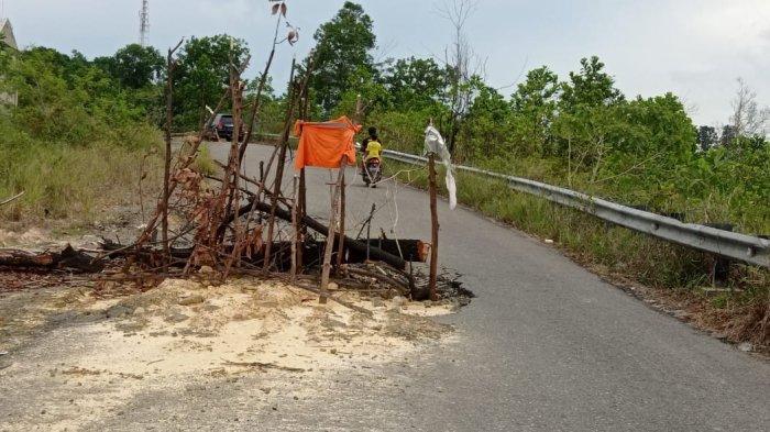 Penampakan jalan rusak di jalan menuju Pantai Amal, sekitar Universitas Borneo Tarakan.