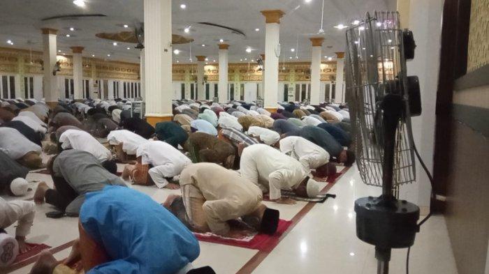 Jemaah Masjid Agung Istiqomah melaksanakan Salat Tarawih untuk pertama kalinya di masa pandemi Covid-19, Senin (12/4/2021), setelah pada 2020 lalu, pelaksanaan tarawih berjamaah di masjid masih dilarang. ( TRIBUNKALTARA.COM / MAULANA ILHAMI FAWDI )