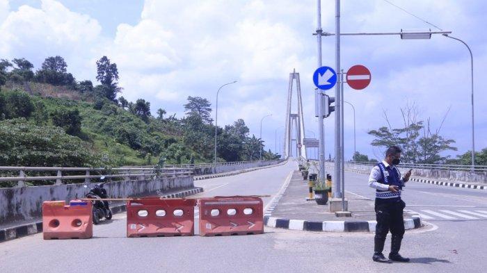 Jembatan Mahkota II Ambles, Dishub Lakukan Penjagaan di Pintu Masuk dan Pasang Barier Beton