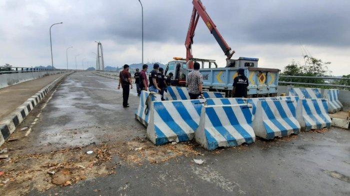 Personel dari Dishub Samarinda menggunakan crane, menggeser barier, persiapan pembukaan Jembatan Mahkota Dua, Kamis (10/6/2021).