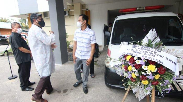 Keluarga melepas kepergian Bupati Paser, H Yusriansyah Syarkawi di Mortuari RS Pertamina Balikpapan. Tribun Kaltim/DWI ARDIANTO