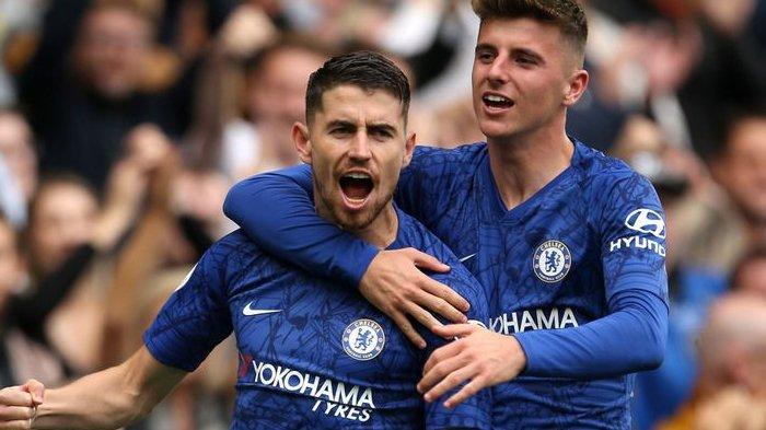 Jorginho dan Mason Mount saat selebrasi di Chelsea pada 2019 silam. (mychelseanews)