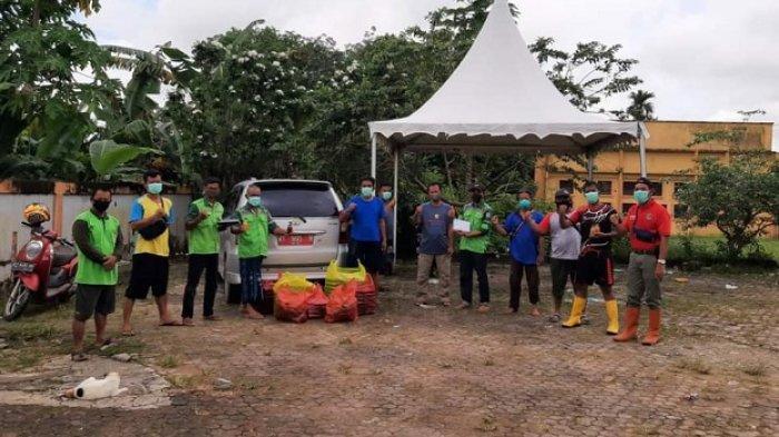 Keluarga Alumni Universitas Gajah Mada (Kagama) Balikpapan memberikan bantuan pake makanan dan minuman sehat kepada petugas pemakaman Covid-19 di Karang Joang, Balikpapan Utara.