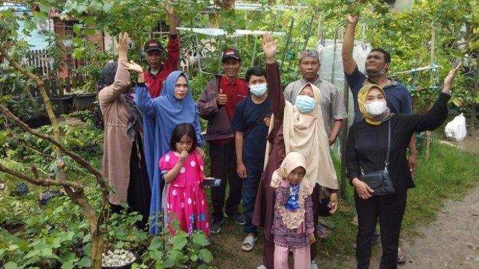 Pengurus Kagama Kaltim bersama warga Desa Karya Jaya melakukan studi banding melihat kebun buah Anggur milik Bapak Imam di Gunung Steling, Balikpapan.