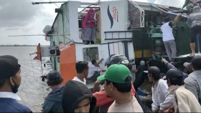 Kapal Feri KMP Bili di penyeberangan Perigi Piai, penghubung Kecamatan Tebas dan Kecamatan Tekarang, terbalik, Sabtu 20 Februari 2021.