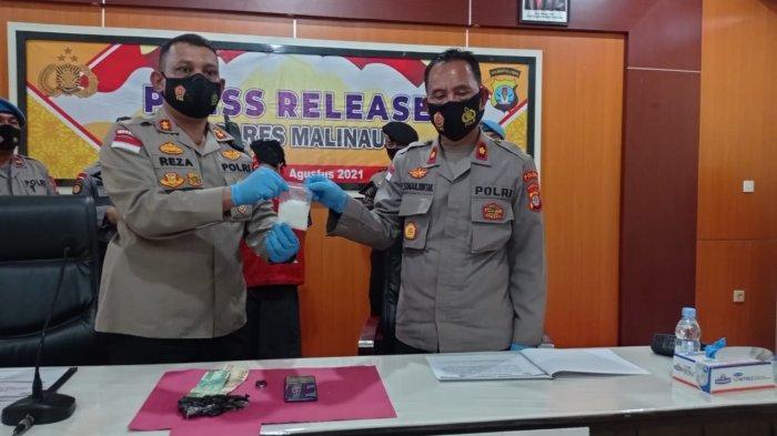 Kapolres Malinau, AKBP Reza Pahlevi (kiri) bersama Wakapolres, Kompol P Simanjuntak (kanan) saat menggelar rilis pers di Mapolres Malinau, Provinsi Kalimantan Utara, beberapa hari lalu