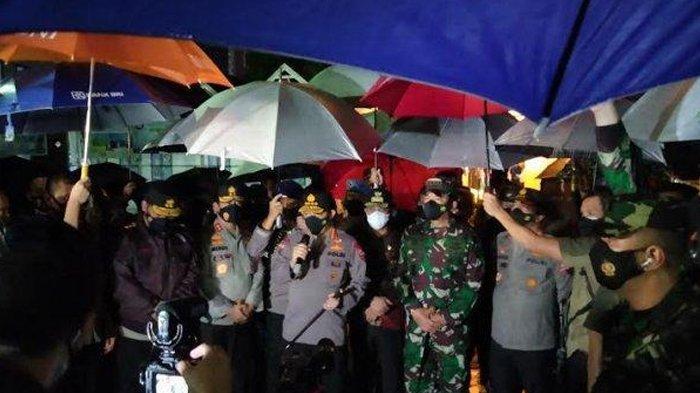 Kapolri Jenderal Polisi Listyo Sigit Prabowo, saat meninjau lokasi ledakan Gereja Katedral, Jl Kajaolalido Makassar, Minggu (28/3/2021) malam. (TRIBUN TIMUR/MUSLIMIN EMBA)