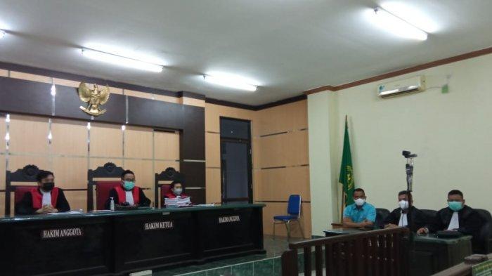 Majelis Hakim kasus pencemaran nama baik dan terdakwa Iwan Setiawan serta penasehat hukum jelang pembacaan putusan kasus di Ruang Sidang Cakra, PN Tanjung Selor, Kamis (2/9/2021)