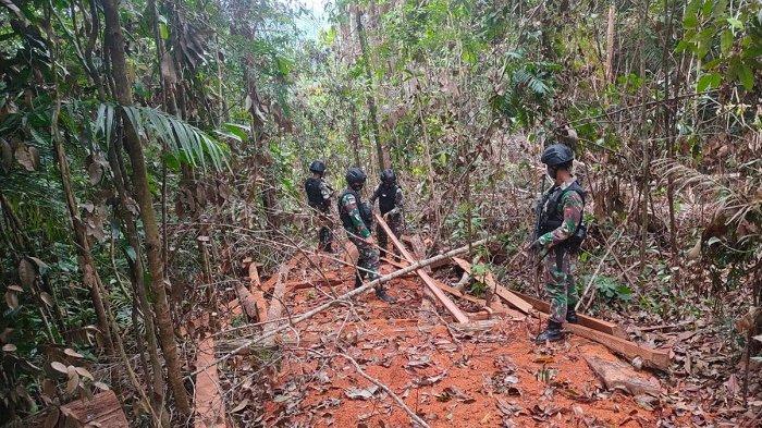 Satgas Pamtas RI-Malaysia Yonarhanud 16/SBC mengamankan tumpukan kayu olahan yang diduga hasil kegiatan ilegal logging di Kecamatan Sei Manggaris, Kabupaten Nunukan, Kalimantan Utara, Selasa (29/06/2021) sore.