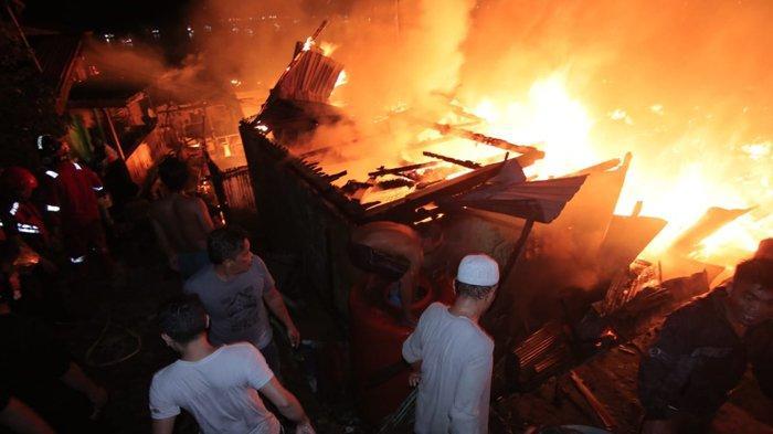Kebakaran melahap sejumlah rumah di kawasan Balikpapan Barat sejak Sabtu (5/6/2021) malam dan berhasil dipadamkan sekitar pukul 02.20 Wita, Minggu (6/6/2021) dini hari. (TRIBUNKALTIM.CO/DWI ARDIANTO)