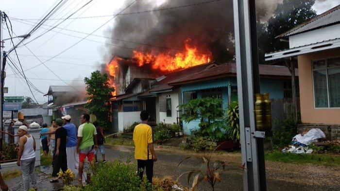 BREAKING NEWS - Si Jago Merah Lahap Rumah Warga di Kelurahan Selumit Tarakan
