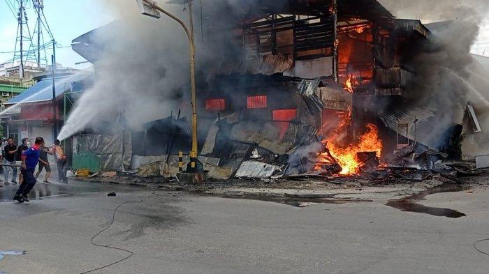 Personel pemadam kebakaran sedang berusaha menjinakkan kobaran api yang semakin besar, di Jalan Ahmad Yani, Kelurahan Nunukan Tengah, Kabupaten Nunukan, habis dilahap si jago merah, Sabtu (17/07/2021),