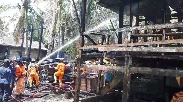 Proses pendinginan dilakukan personel PMK Kota Tarakan, Selasa (28/9/2021).