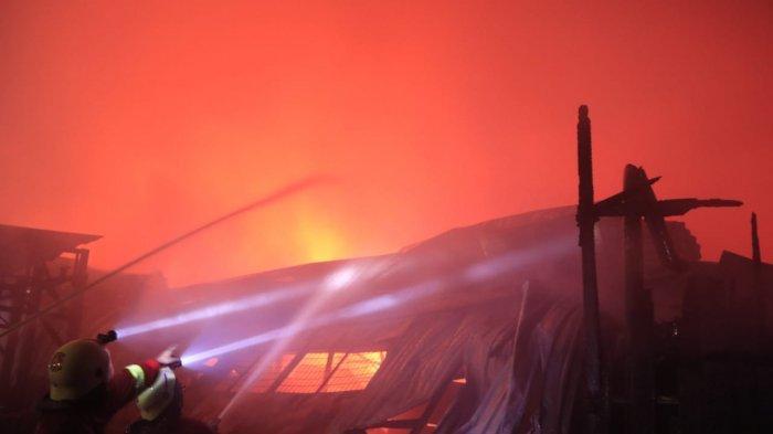 Kebakaran Gudang Kayu PT Sumalindo, Relawan Sebut Tingkat Api Masih 15 Persen, Ini Penyebabnya