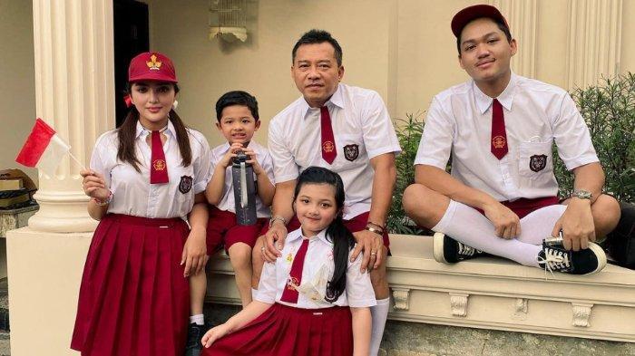 Keluarga Anang Hermansyah kompak mengenakan seragam SD untuk merayakan HUT ke-76 RI