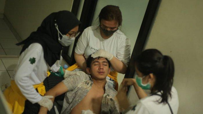 KENA GAS AIR MATA - Salah satu mahasiswa pingsan di kantor PUPR Kaltim. Mahasiswa ini pingsan dikarenakan terlalu banyak menghirup gas air mata. TRIBUNKALTIM.CO/HO