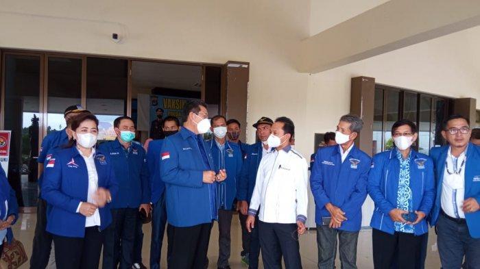 Pengurus DPC Demokrat se Kaltara bersama Ketua DPD Demokrat Kaltara, Yansen Tipa Padan, usai mendatangi Polda Kaltara ( TRIBUNKALTARA.COM / MAULANA ILHAMI FAWDI )