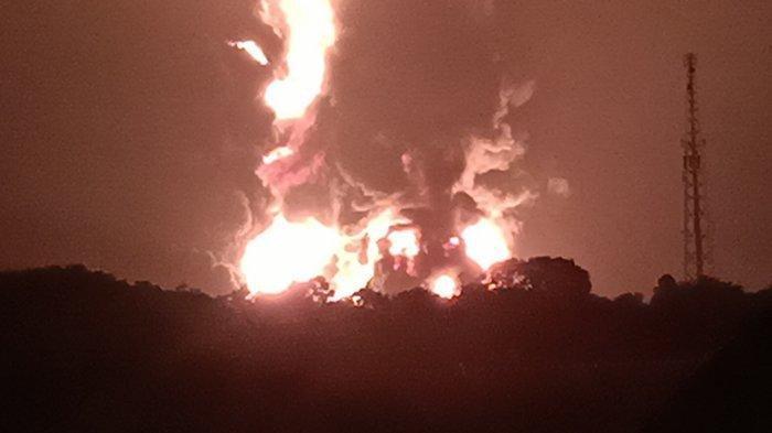 Tampak dari kejauhan kilang PT Pertamina RU VI Balongan Indramayu meledak, Senin (29/3/2021). (Tribuncirebon.com/Handhika Rahman)