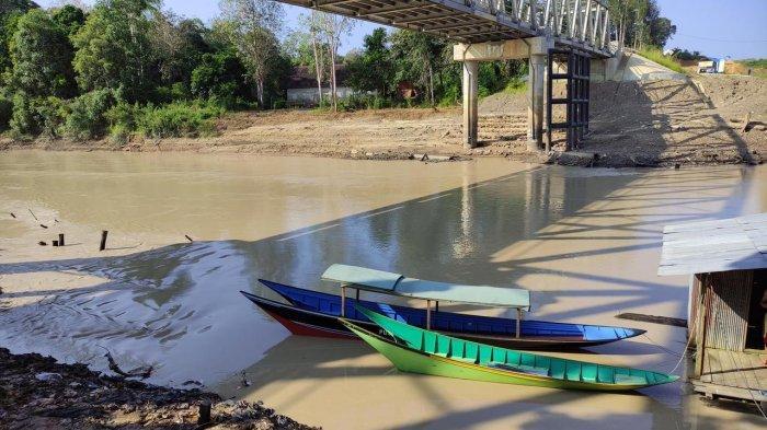 Sungai Kadang Pahu Diduga Tercemar, DLH Kubar Belum Bisa Pastikan, Lakukan Pengambilan Sampel Air