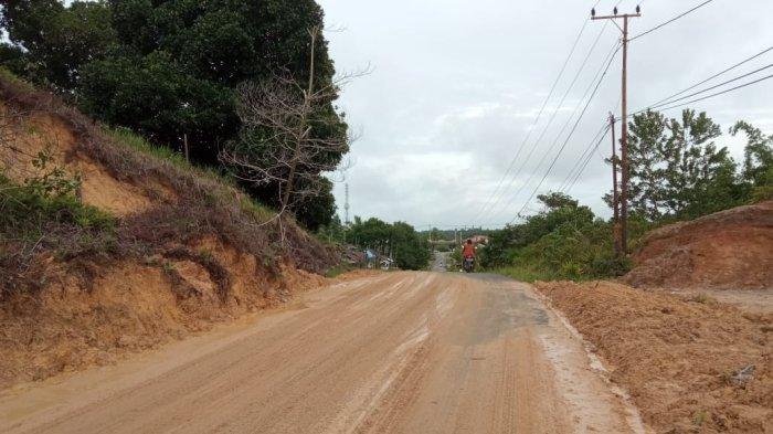 Warga Inisiatif Bergotong Royong Atasi Tanah Longsor, Jalan Desa Jelarai Selor Sudah Dapat Dilalui