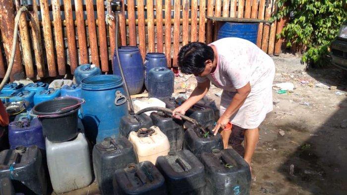 Warga kerok laut  Kabupaten PPU antre pembagian air bersih.