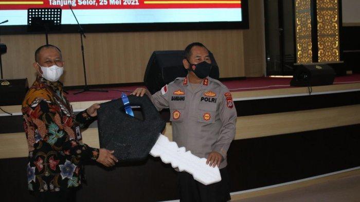 Kepala Kantor Cabang BRI Tanjung Selor, Muhammad Syarifudin menyerahkan secara simbolis kunci mobil ambulans kepada Kapolda Kaltara Irjen Pol Bambang Kristiyono.