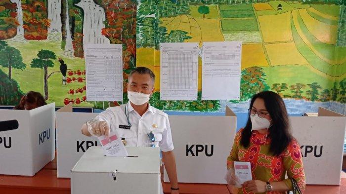 Bupati Malinau dan istri melakukan pemungutan suara pada pelaksanaan Pilkades di hari pertamanya bertugas di Kabupaten Malinau, Provinsi Kalimantan Utara, Rabu (28/4/2021).