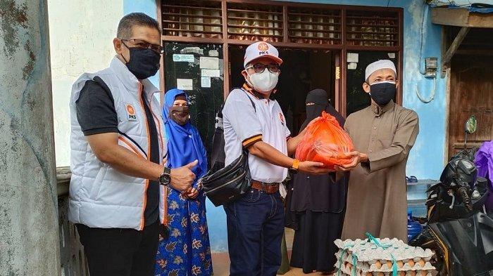 Menyambut Hari Asyura politisi PKS Kota Balikpapan H.Laode Nasir bersama tim membantu Panti Asuhan  Al-Hidayah dan Panti Asuhan An-Nisa