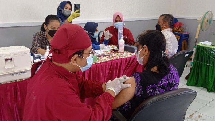 Vaksinasi Covid-19 untuk Lansia di Puskesmas Nunukan, belum lama ini.