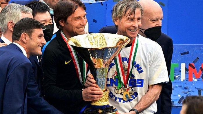 Gabriele Oriali (baju putih) saat mempersembahkan trofi Scudetto untuk Inter Milan di musim 2020/2021. (calciomercato.com)