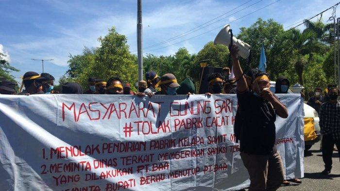 Masyarakat dan Pemuda Gunung Sari melakukan unjuk rasa di depan kantor Bupati Berau, Jumat (10/6/2021).
