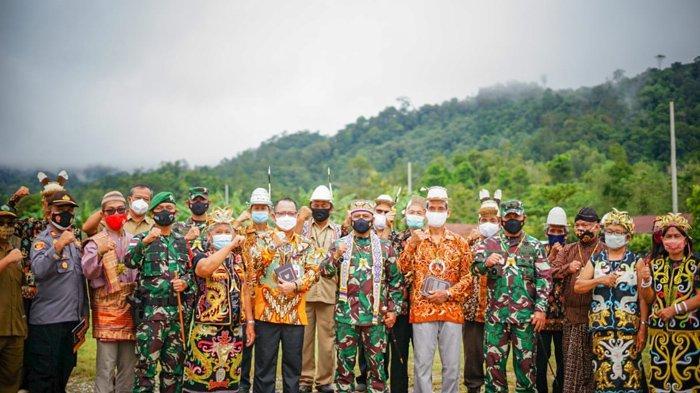Masyarakat Long Bagun, Mahakam Ulu, Kalimantan Timur, berfoto bersama Pangdam VI/Mulawarman Mayjen TNI Heri Wiranto saat penyerahan buku Masyarakat Pancasila, Senin (01/03/2021).