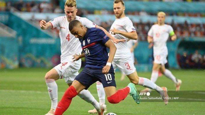 Bek Swiss Nico Elvedi menandai penyerang Prancis Kylian Mbappe selama pertandingan sepak bola babak 16 besar UEFA EURO 2020 antara Prancis dan Swiss di National Arena di Bucharest pada 28 Juni 2021.