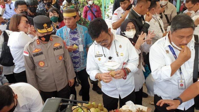 Mentan SYL dan Gubernur Kaltara Zainal Paliwang saat mencicipi durian dalam kunjungannya ke peternakan kambing boer Bulungan Mandiri Farm, Desa Apung, Kecamatan Tanjung Selor, Bulungan Kaltara, Sabtu (11/9/2021)