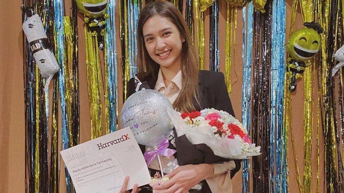 Umumkan Lulus S2 dari Harvard University, Mikha Tambayong Persembahkan untuk Mendiang Ibunda
