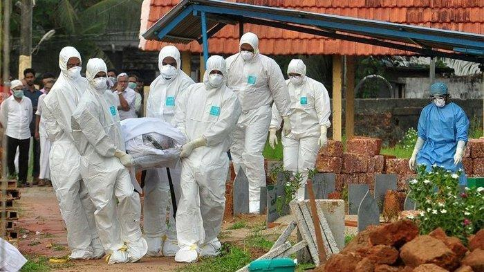 Tim medis dan kerabat membawa jenazah seorang pria yang diyakini meninggal karena virus dari Nipah di India. Ilmuwan mengkhawatirkan virus nipah bisa menjadi pandemi berikutnya dan akibatnya bisa lebih mengerikan karena tingkat kematian 75%