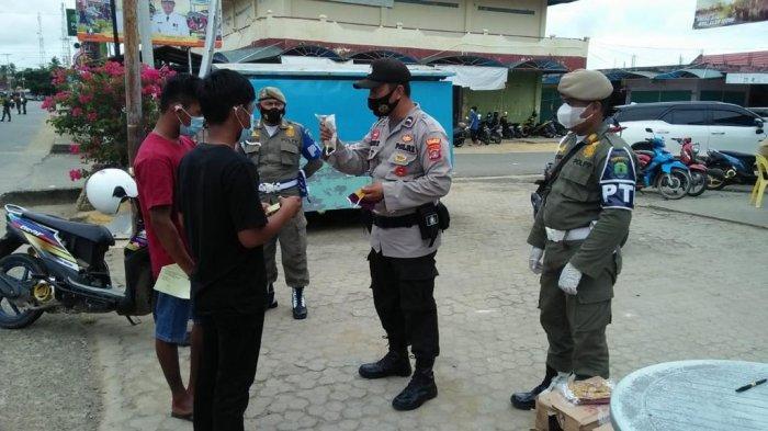 Operasi yustisi pembagian masker dilakukan di Pulau Sebatik, Kabupaten Nunukan, Kalimantan Utara, Sabtu (03/07/2021)