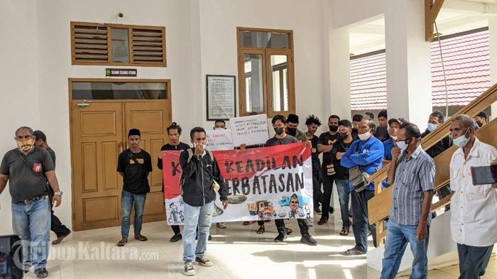 Belasan orang menyampaikan ketidakpuasannya melalui orasi di depan ruang sidang utama Pengadilan Negeri Nunukan, Kamis (09/09/2021), sore. (TribunKaltara.com / Febrianus Felis)