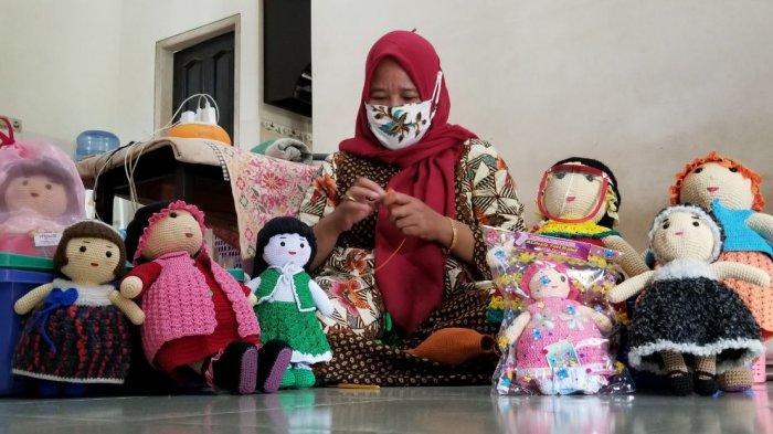 Iseng-iseng Buat Mainan Anak, Perajut Boneka Asal Tarakan Suhartatik Mulai Bisnis Boneka Rajut