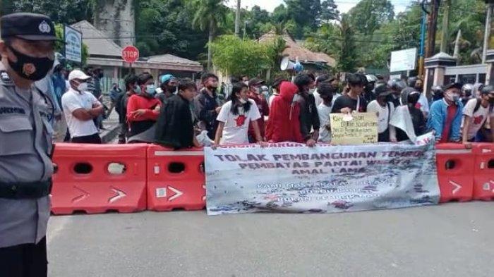 Ratusan masyarakat Pantai Amal Lama bersama organisasi kemahasiswaan tergabung dalam Forum Masyarakat Amal Lama Bergerak menyuarakan penolakan pembangunan tembok di Kawasan Pantai Amal Lama Kota Tarakan. T