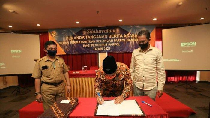 Wali Kota Tarakan saat menandatangani bantuan keuangan bagi parpol, Selasa (28/9/2021).