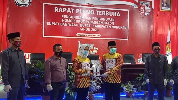 Pasangan Petahana Hj Asmin Laura- H Hanafiah Saat Memegang Plakat Nomor Urut Satu
