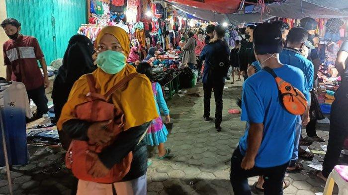 Padatnya pembeli di Pasar THM, Tarakan, Kalimantan Utara, saat malam lebaran Idul Fitri 1442 H, Rabu (12/5/2021). (TribunKaltara.com / Andi Pausiah)