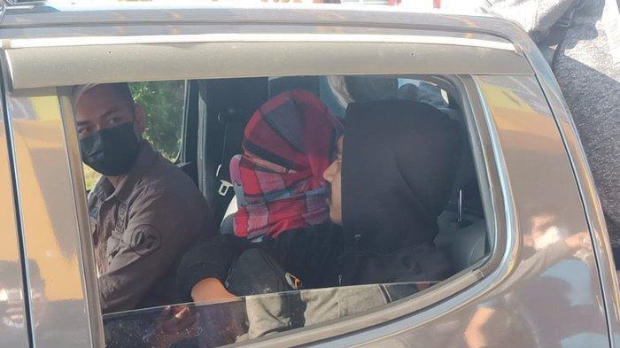 Pelaku pembunuhan saat tiba di Pelabuhan Tengkayu I Kota Tarakan sekitar pukul 08.30 WITA dan dibawa ke Polres Tarakan. TRIBUNKALTARA.COM/ANDI PAUSIAH